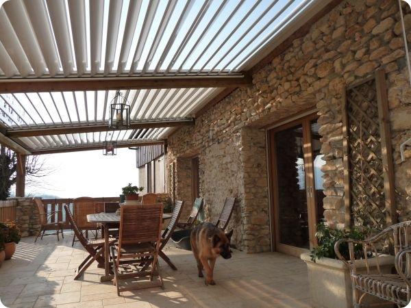 Comment protéger une terrasse du soleil et de la pluie?