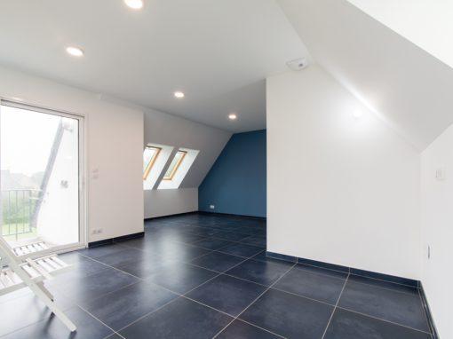 Aménagement intérieur d'un studio avec salle de bain à Loctudy