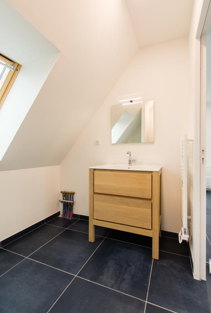salle de bain douche meuble vasque en bois sèche serviette