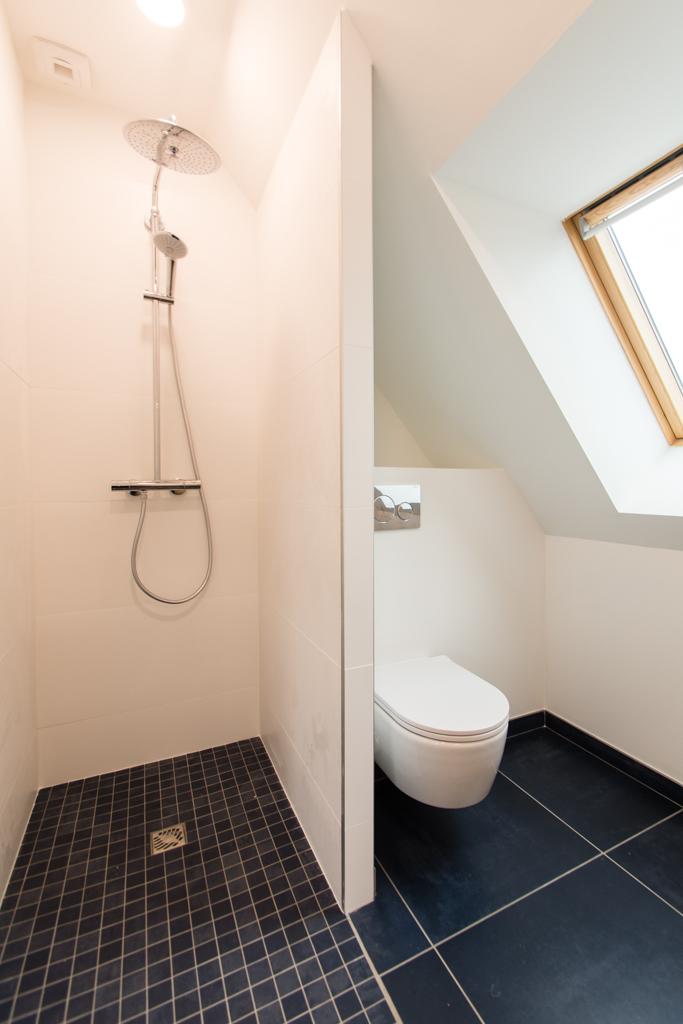 salle de bain douche à l'italienne WC suspendu