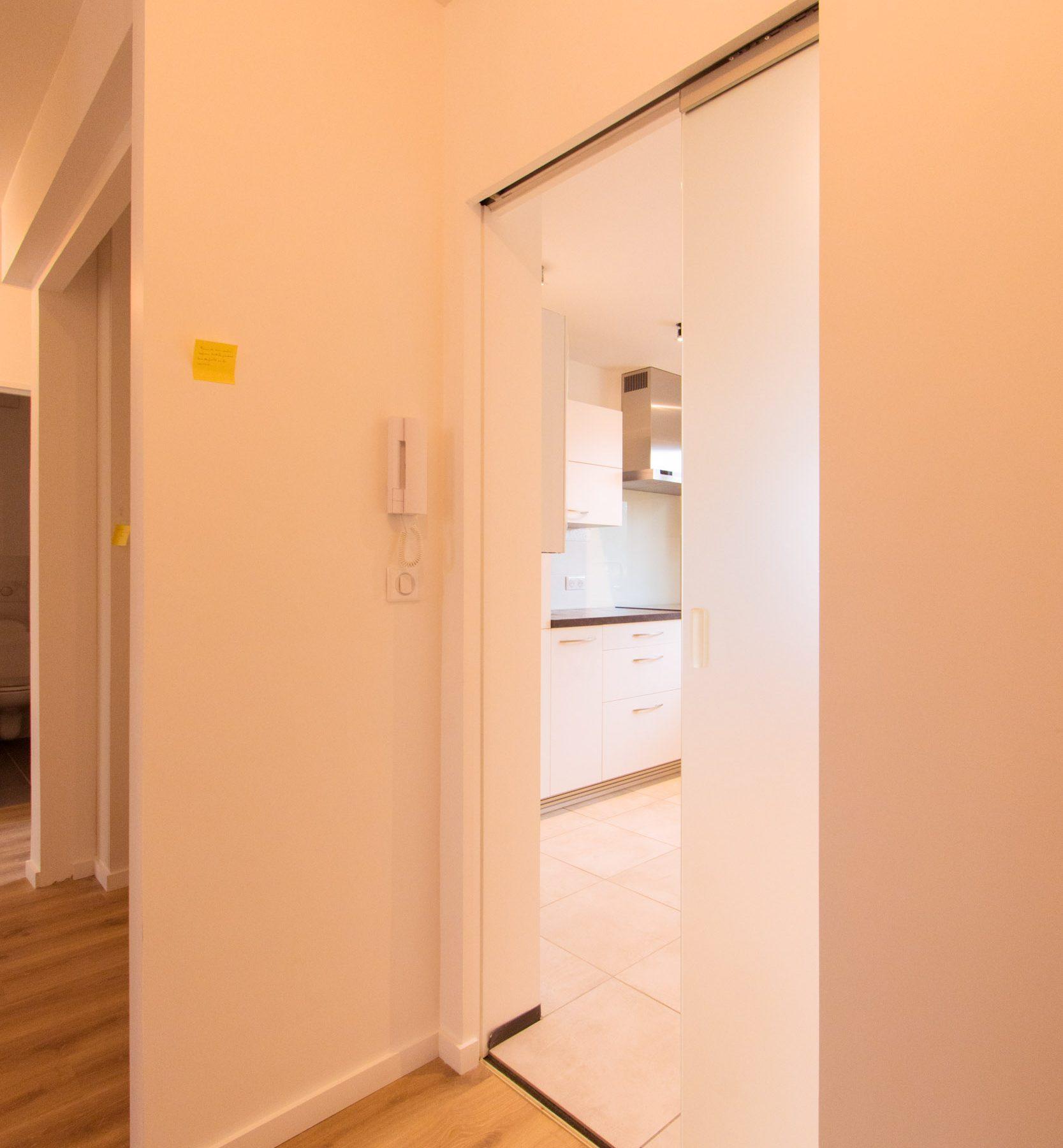 Architecte-dintérieur-Décorateur-Quimper-Rénovation-appartement-cuisine-salle-de-bain-porte-à-galandage-en-verre-9272-1667x1800